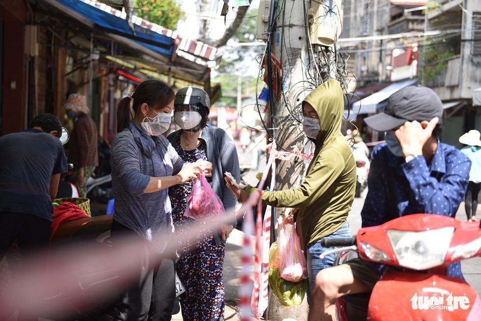 Đi chợ qua sợi dây giăng tại các chợ truyền thống ở TP.HCM - Ảnh 1.