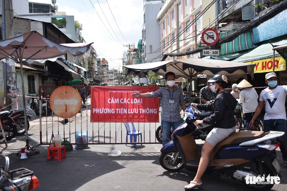 Đi chợ qua sợi dây giăng tại các chợ truyền thống ở TP.HCM - Ảnh 2.