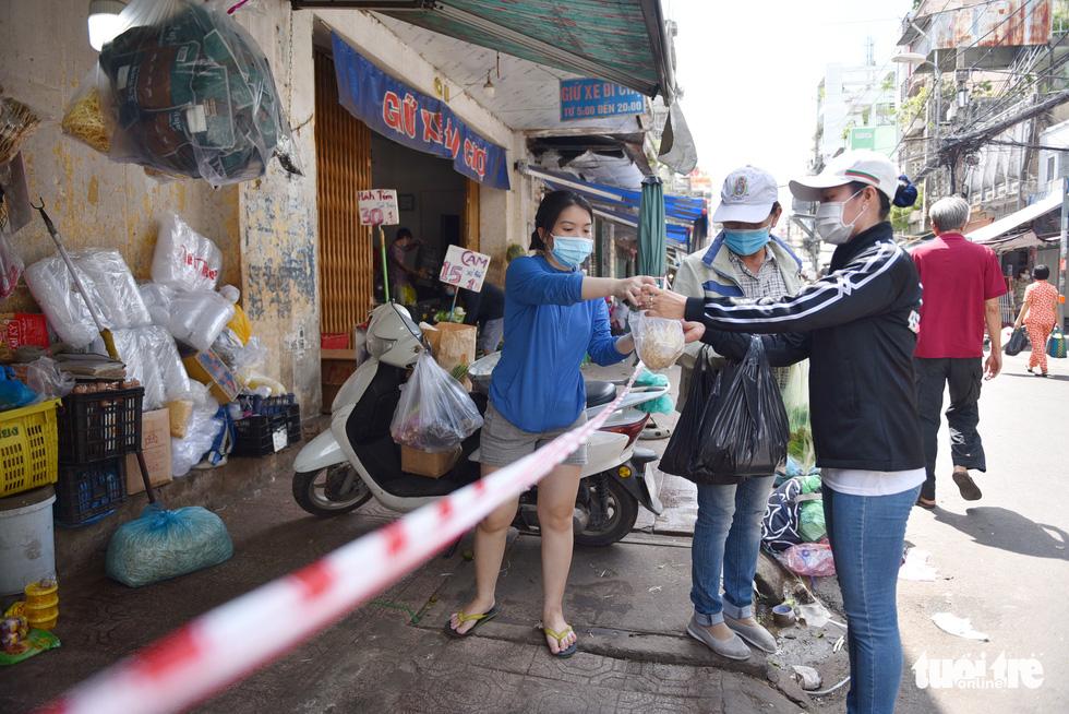 Đi chợ qua sợi dây giăng tại các chợ truyền thống ở TP.HCM - Ảnh 3.