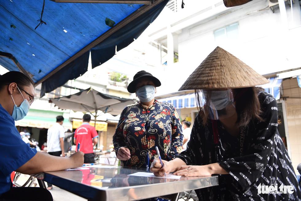Đi chợ qua sợi dây giăng tại các chợ truyền thống ở TP.HCM - Ảnh 6.