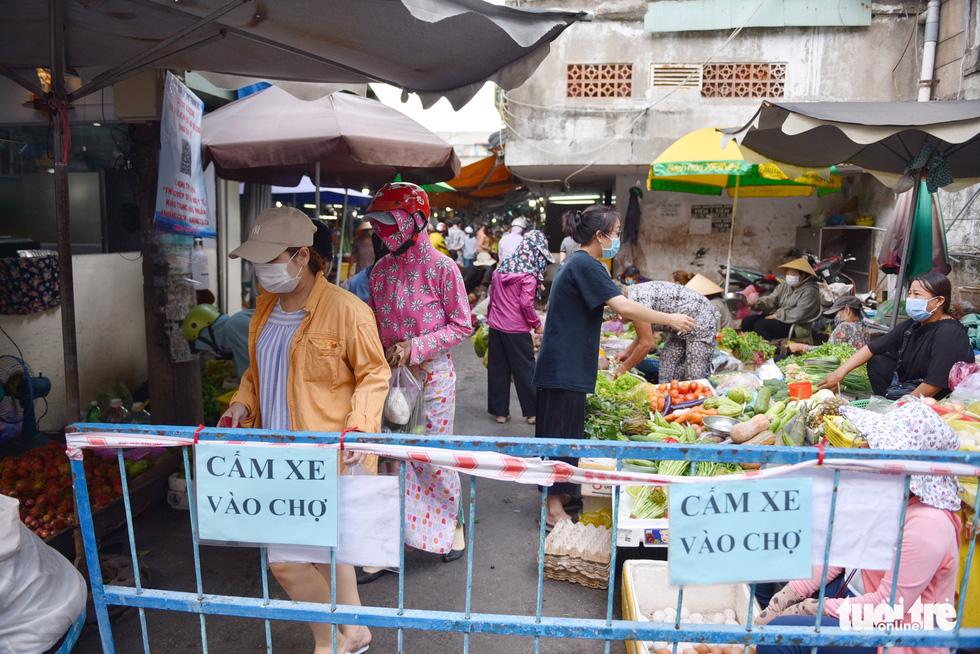 Đi chợ qua sợi dây giăng tại các chợ truyền thống ở TP.HCM - Ảnh 4.