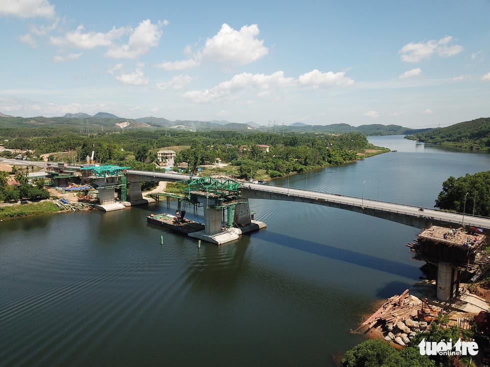 Gấp rút thi công cao tốc nối Quảng Trị - Huế - Đà Nẵng - Ảnh 1.