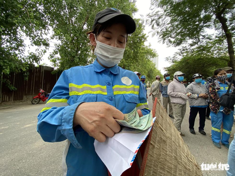 Công nhân môi trường bị nợ lương: 'Được cộng đồng quan tâm, chị em hạnh phúc lắm' - Ảnh 9.