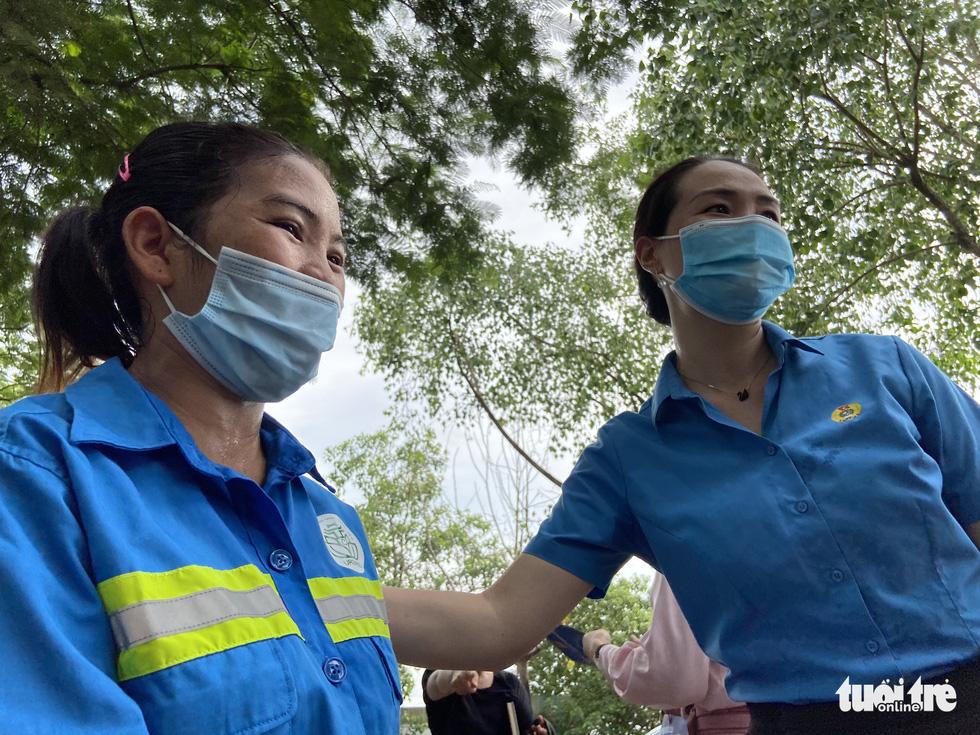 Công nhân môi trường bị nợ lương: 'Được cộng đồng quan tâm, chị em hạnh phúc lắm' - Ảnh 10.