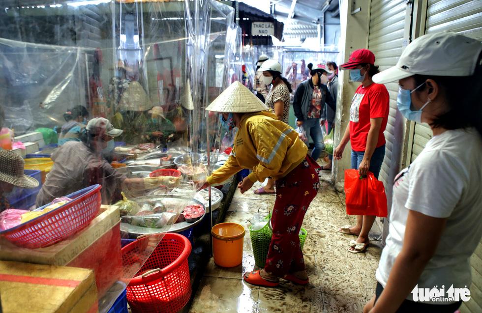 Đi chợ mua đồ ăn qua vách ngăn - Ảnh 1.