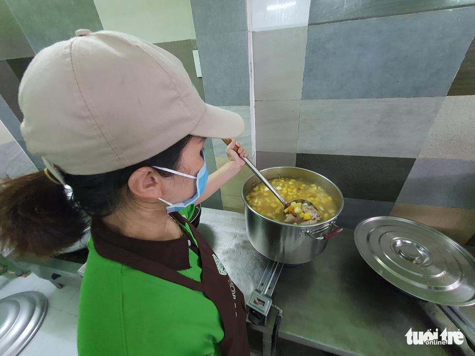 Nữ giám đốc vào bếp tiếp sức mỗi ngày 250 suất cơm cho chiến sĩ chống dịch ở Gò Vấp - Ảnh 1.