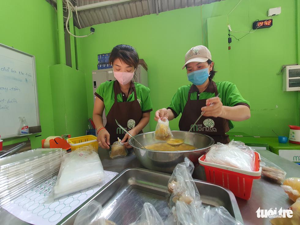 Nữ giám đốc vào bếp tiếp sức mỗi ngày 250 suất cơm cho chiến sĩ chống dịch ở Gò Vấp - Ảnh 2.