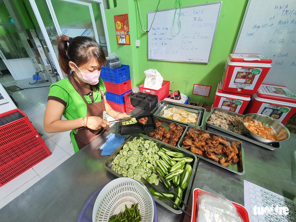 Nữ giám đốc vào bếp tiếp sức mỗi ngày 250 suất cơm cho chiến sĩ chống dịch ở Gò Vấp - Ảnh 3.