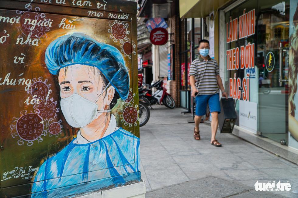 Bốt điện trên phố biến thành tranh cổ động cổ vũ y bác sĩ chống dịch COVID-19 - Ảnh 1.