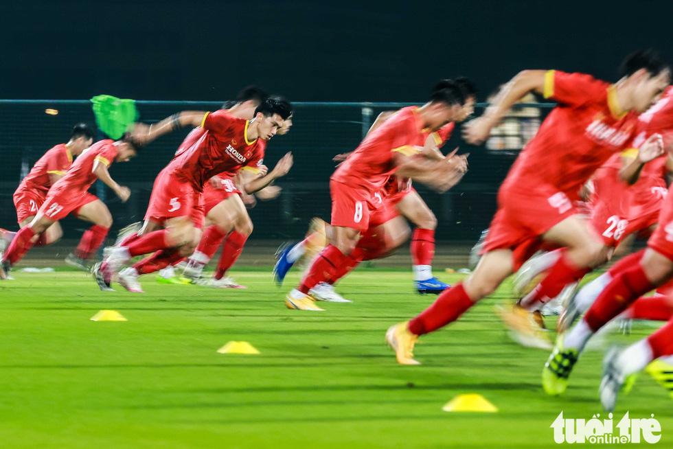 Tuyển Việt Nam tập đánh đầu, bứt tốc trước trận gặp Indonesia - Ảnh 1.