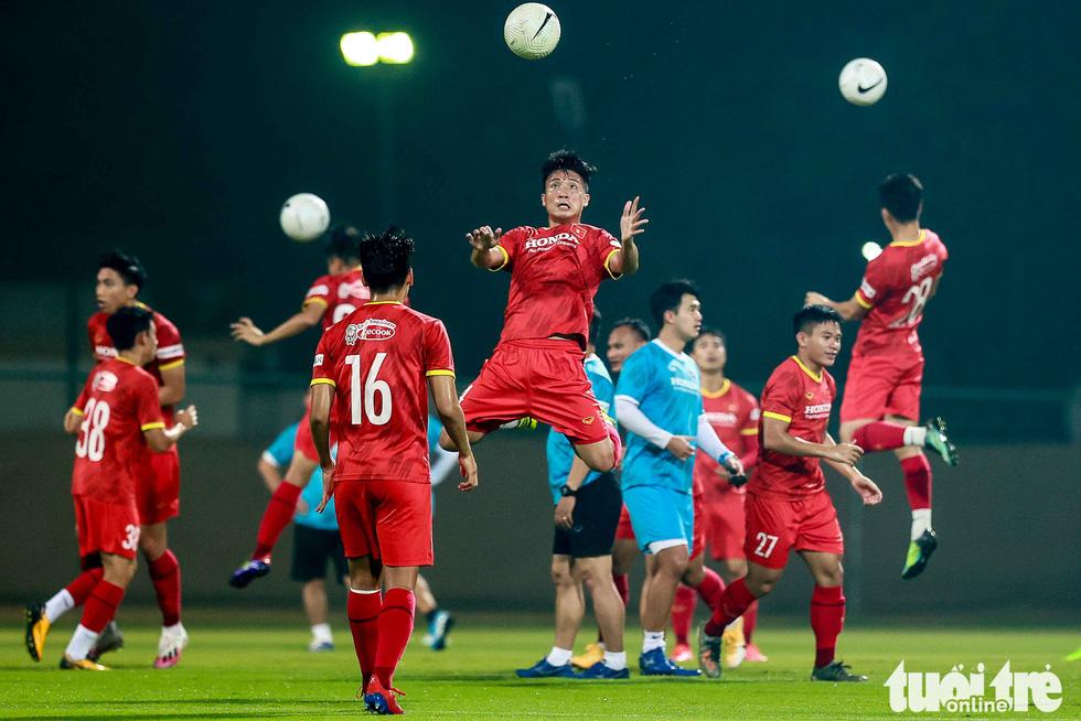 Tuyển Việt Nam tập đánh đầu, bứt tốc trước trận gặp Indonesia - Ảnh 2.
