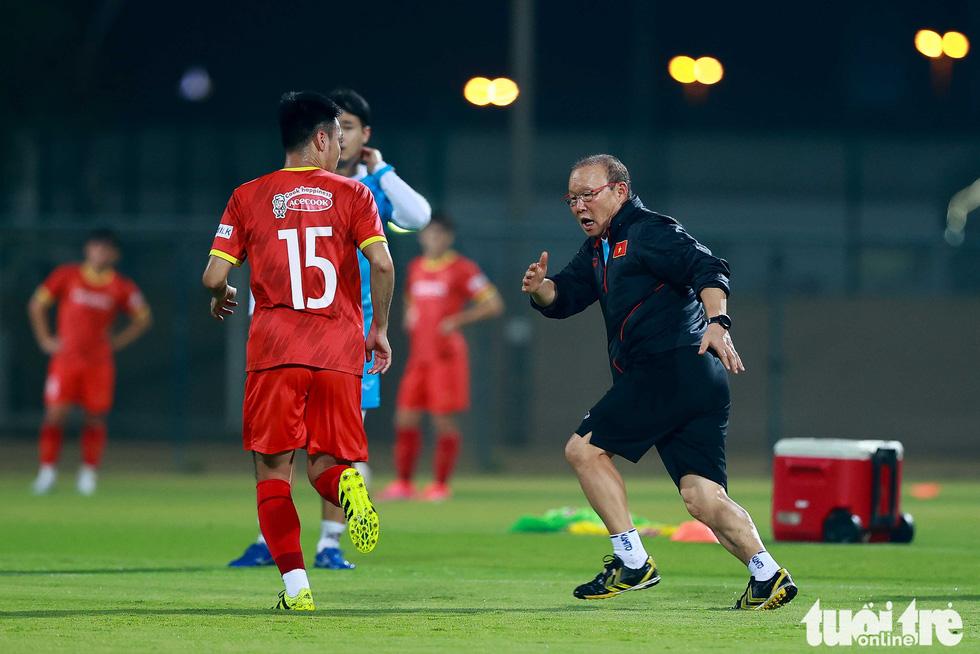 Ông Park hướng dẫn tuyển thủ kỹ thuật kèm người - Ảnh 1.