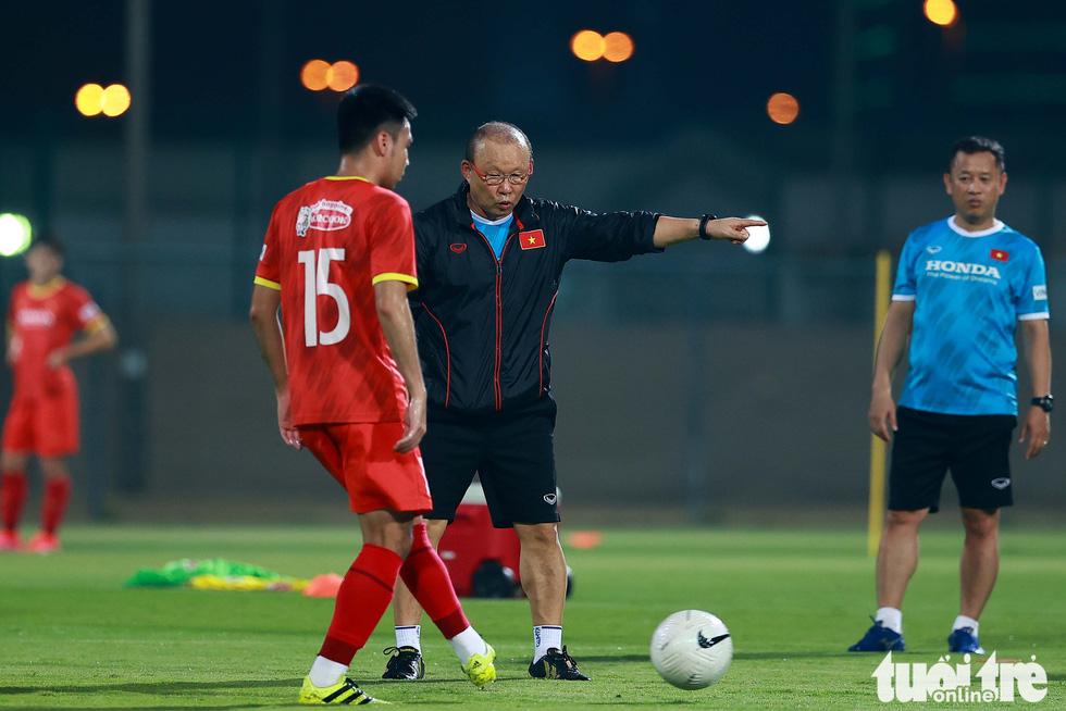 Ông Park hướng dẫn tuyển thủ kỹ thuật kèm người - Ảnh 2.