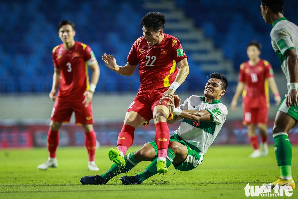 Những pha bóng triệt hạ xấu xí của tuyển Indonesia nhắm vào tuyển thủ Việt Nam - Ảnh 1.