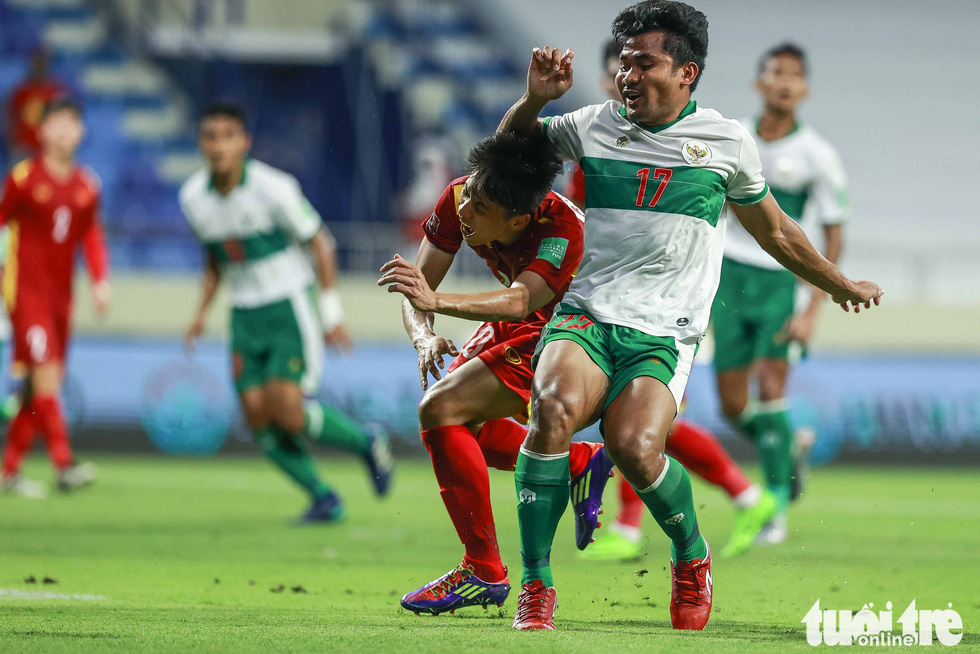 Những pha bóng triệt hạ xấu xí của tuyển Indonesia nhắm vào tuyển thủ Việt Nam - Ảnh 11.