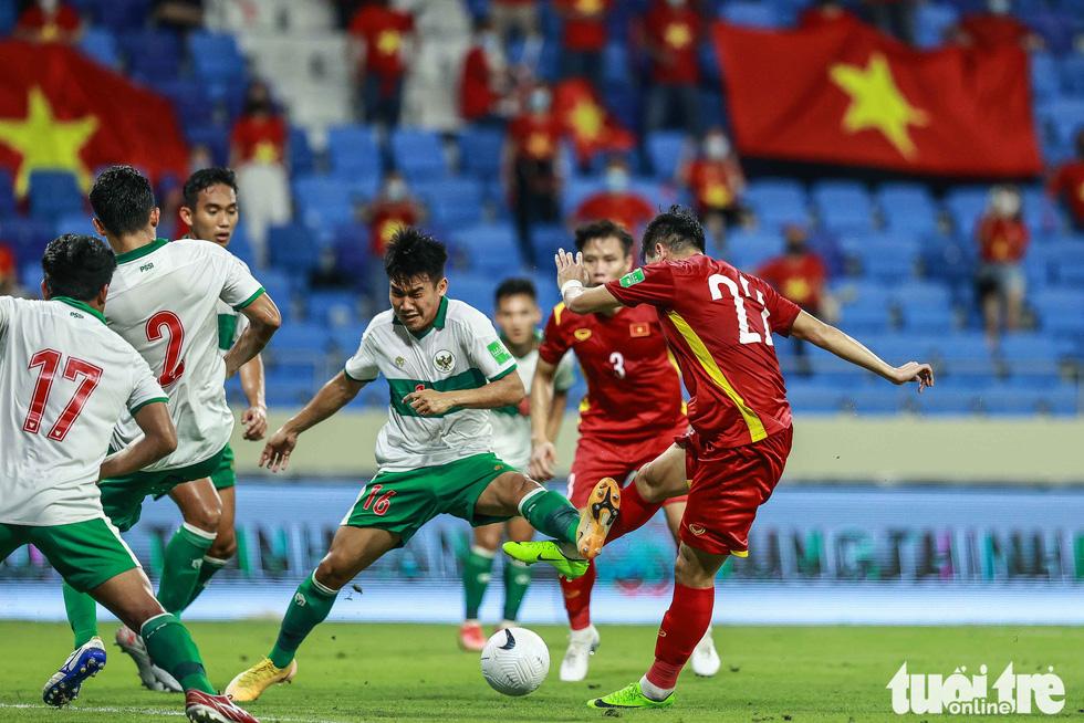 Những pha bóng triệt hạ xấu xí của tuyển Indonesia nhắm vào tuyển thủ Việt Nam - Ảnh 12.