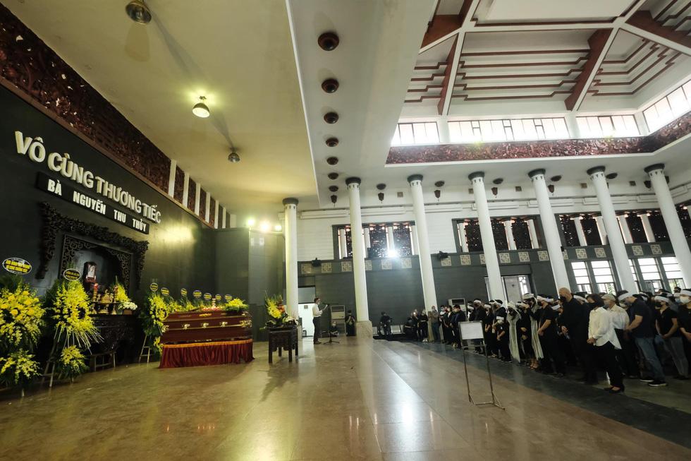 Gia đình, bạn bè đưa tiễn hoa hậu Nguyễn Thu Thủy - Ảnh 6.