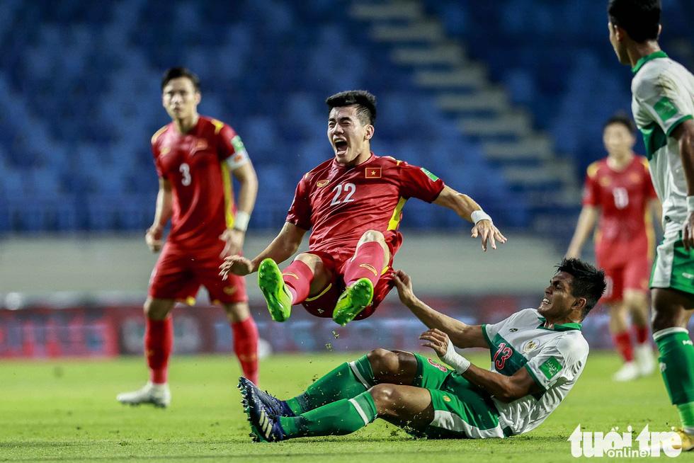 Những pha bóng triệt hạ xấu xí của tuyển Indonesia nhắm vào tuyển thủ Việt Nam - Ảnh 2.