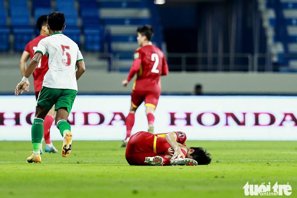 Những pha bóng triệt hạ xấu xí của tuyển Indonesia nhắm vào tuyển thủ Việt Nam - Ảnh 3.