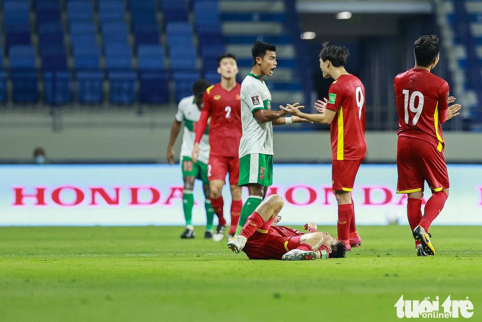 Những pha bóng triệt hạ xấu xí của tuyển Indonesia nhắm vào tuyển thủ Việt Nam - Ảnh 4.