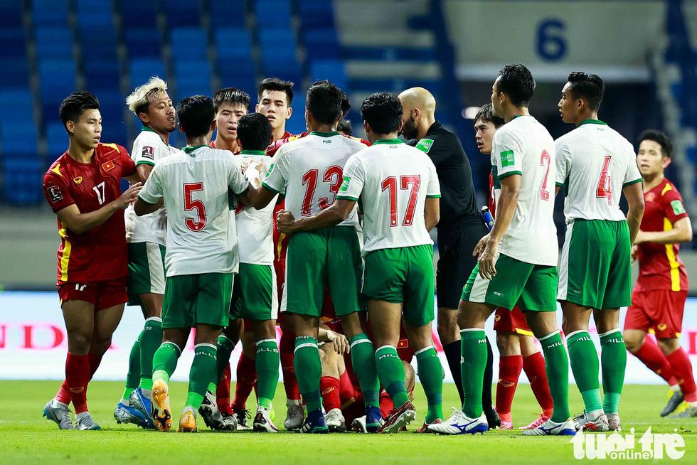 Những pha bóng triệt hạ xấu xí của tuyển Indonesia nhắm vào tuyển thủ Việt Nam - Ảnh 5.