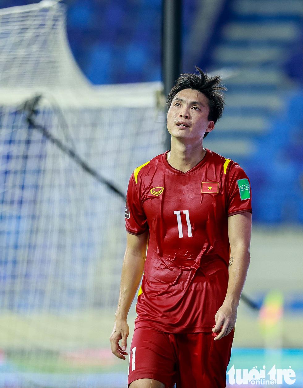 Những pha bóng triệt hạ xấu xí của tuyển Indonesia nhắm vào tuyển thủ Việt Nam - Ảnh 7.