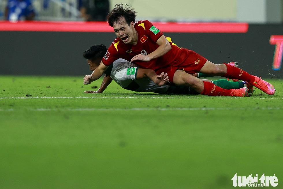 Những pha bóng triệt hạ xấu xí của tuyển Indonesia nhắm vào tuyển thủ Việt Nam - Ảnh 8.