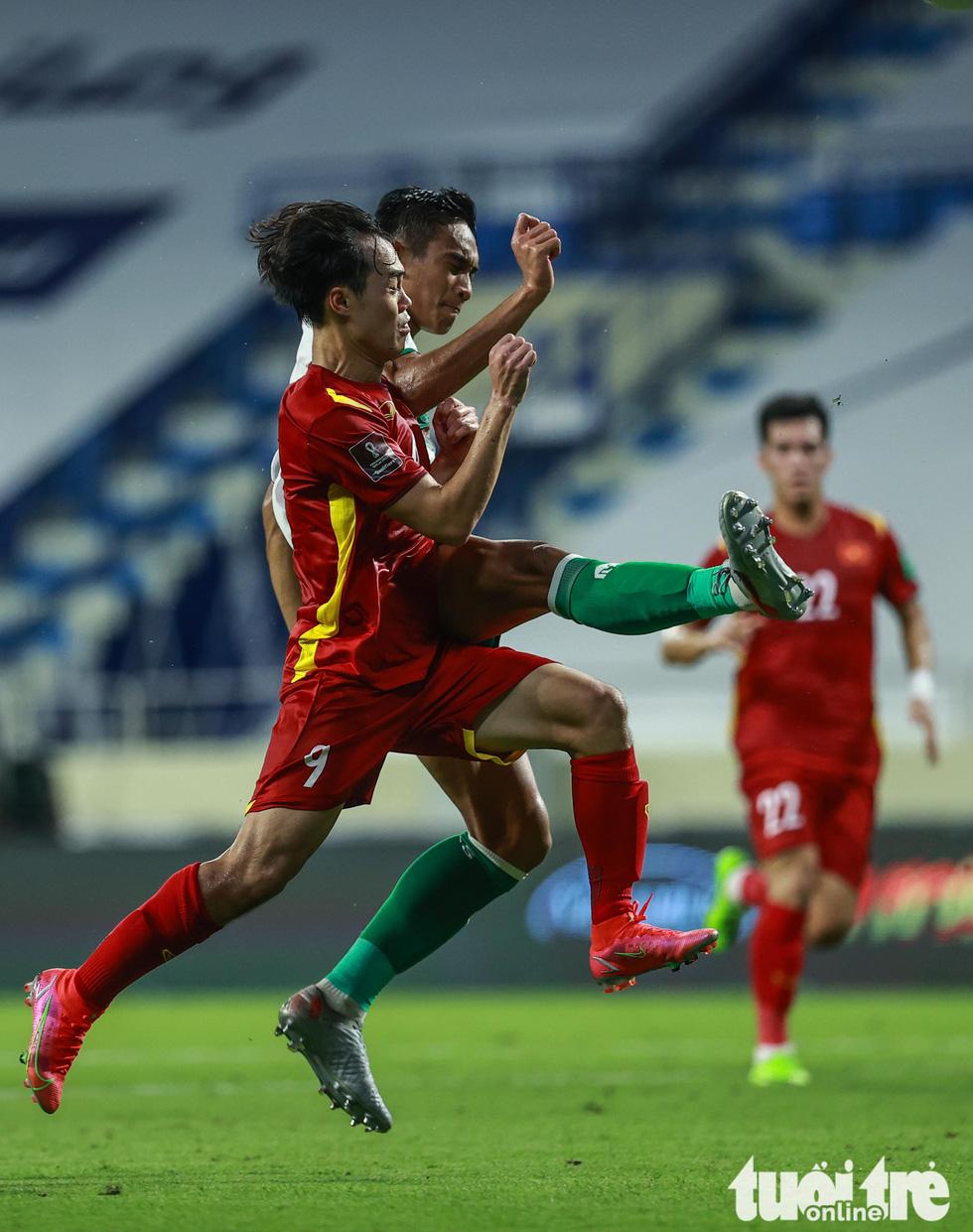 Những pha bóng triệt hạ xấu xí của tuyển Indonesia nhắm vào tuyển thủ Việt Nam - Ảnh 9.