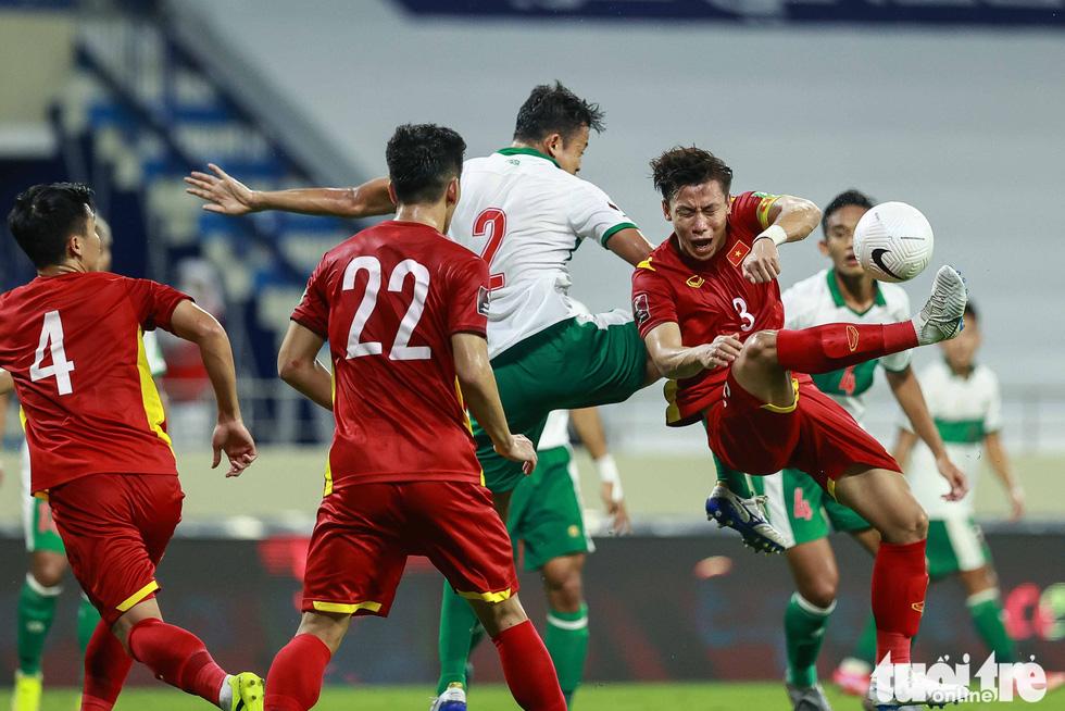 Những pha bóng triệt hạ xấu xí của tuyển Indonesia nhắm vào tuyển thủ Việt Nam - Ảnh 10.