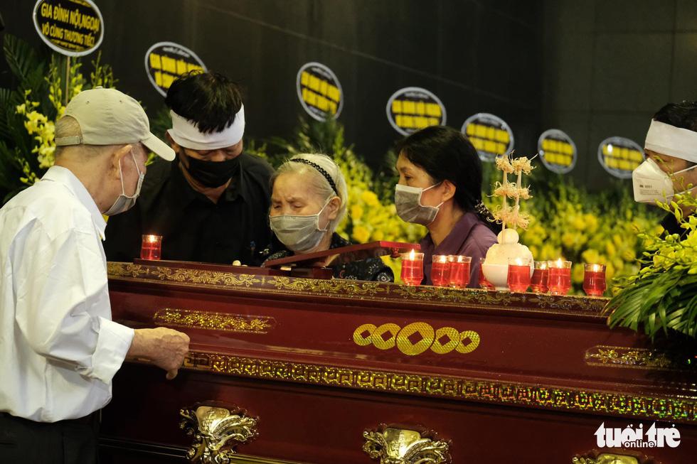 Gia đình, bạn bè đưa tiễn hoa hậu Nguyễn Thu Thủy - Ảnh 8.