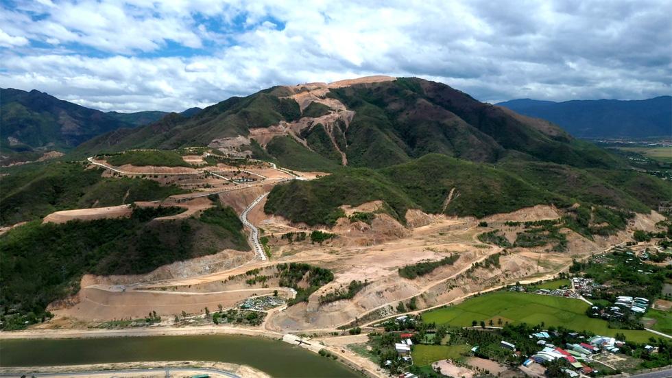 Cận cảnh núi Chín Khúc ở Nha Trang bị băm đứt từng khúc để làm đô thị, biệt thự - Ảnh 3.