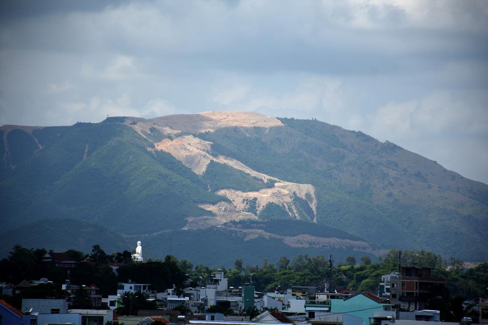Cận cảnh núi Chín Khúc ở Nha Trang bị băm đứt từng khúc để làm đô thị, biệt thự - Ảnh 2.