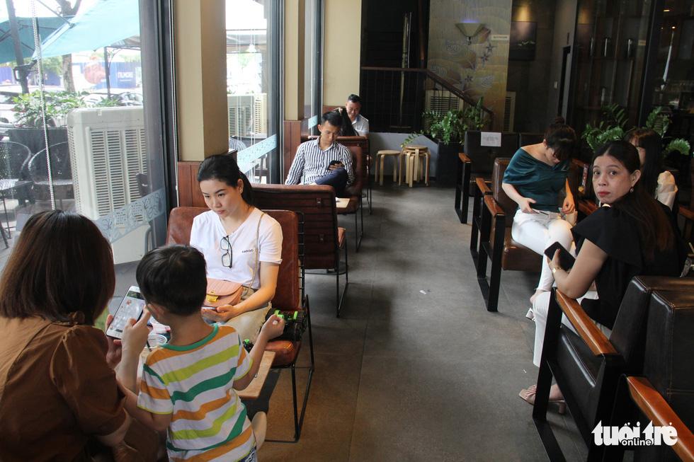 Dân Đà Nẵng tìm lại cảm giác quán xá sau một tháng đóng cửa - Ảnh 2.