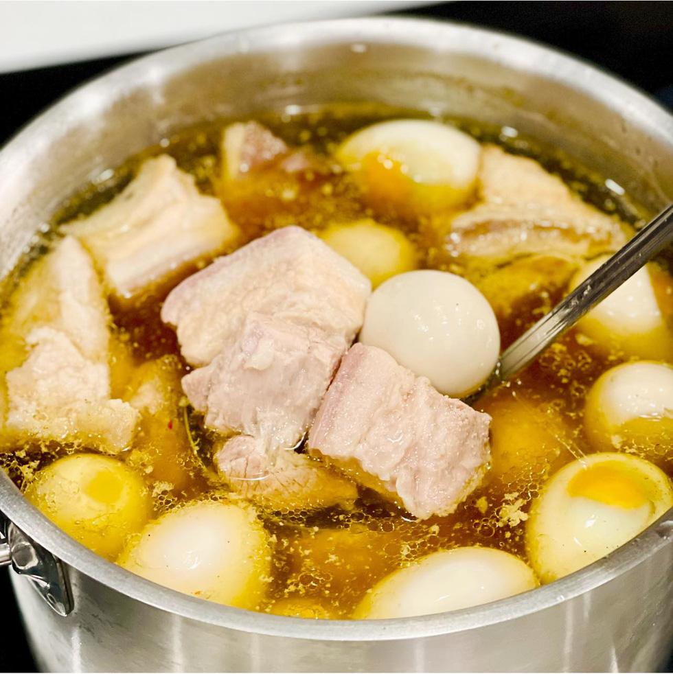 Đầu bếp Võ Quốc rủ người Sài Gòn nấu nướng để ăn ngon mà vui ngày giãn cách - Ảnh 3.