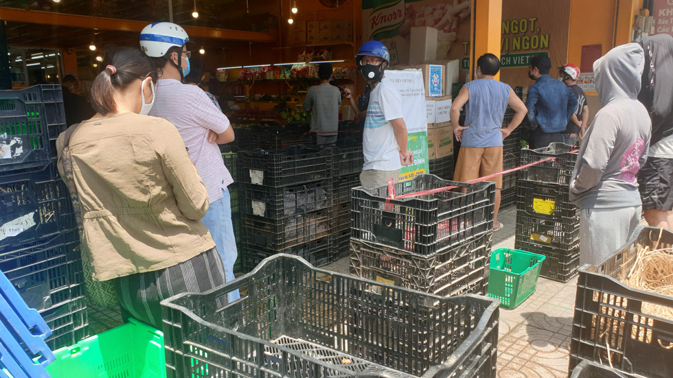 Đội nắng 30 phút xếp hàng, nhiều người được siêu thị phát phiếu hẹn đến 22h - Ảnh 4.