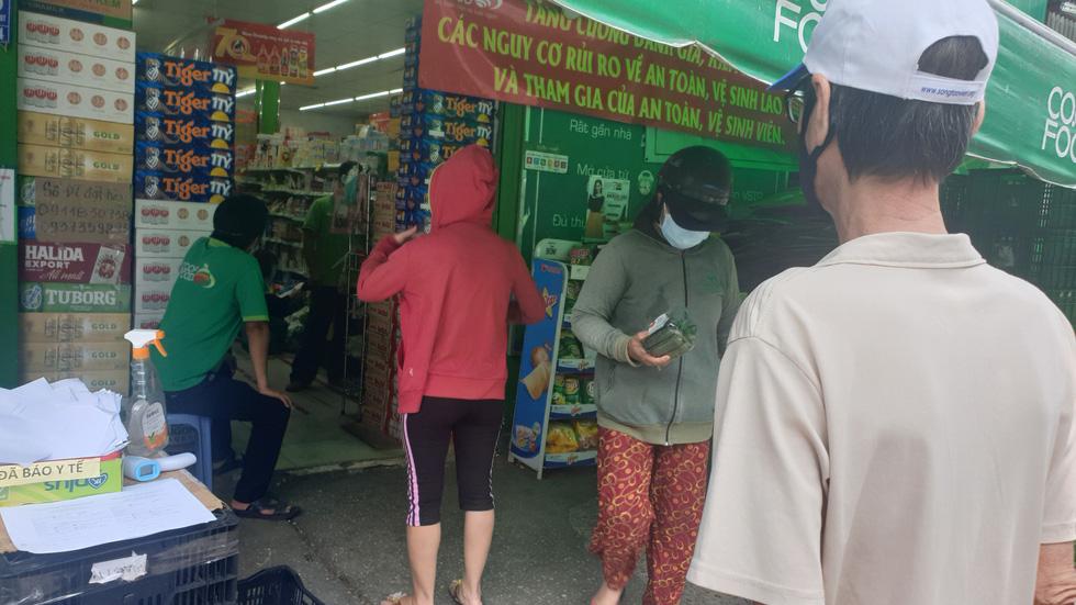 Đội nắng 30 phút xếp hàng, nhiều người được siêu thị phát phiếu hẹn đến 22h - Ảnh 3.