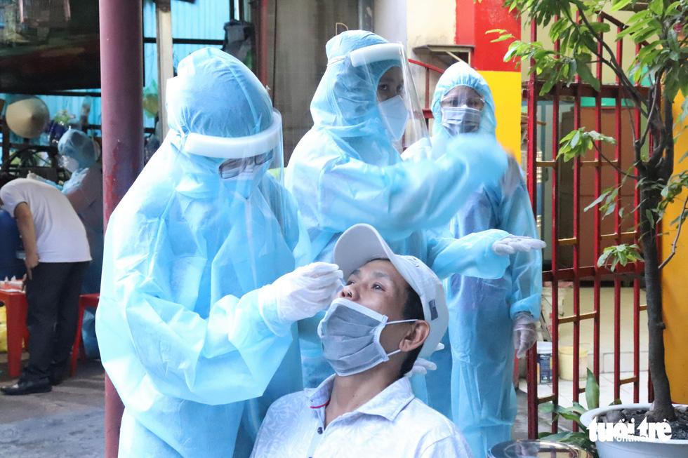 Xét nghiệm nhanh tại nhà ở phường 19, Bình Thạnh, phát hiện một số ca nghi nhiễm COVID-19 - Ảnh 1.
