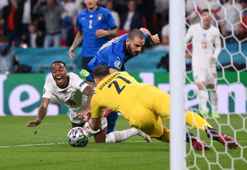 Những khoảnh khắc định đoạt trận chung kết Euro 2020 - Ảnh 9.