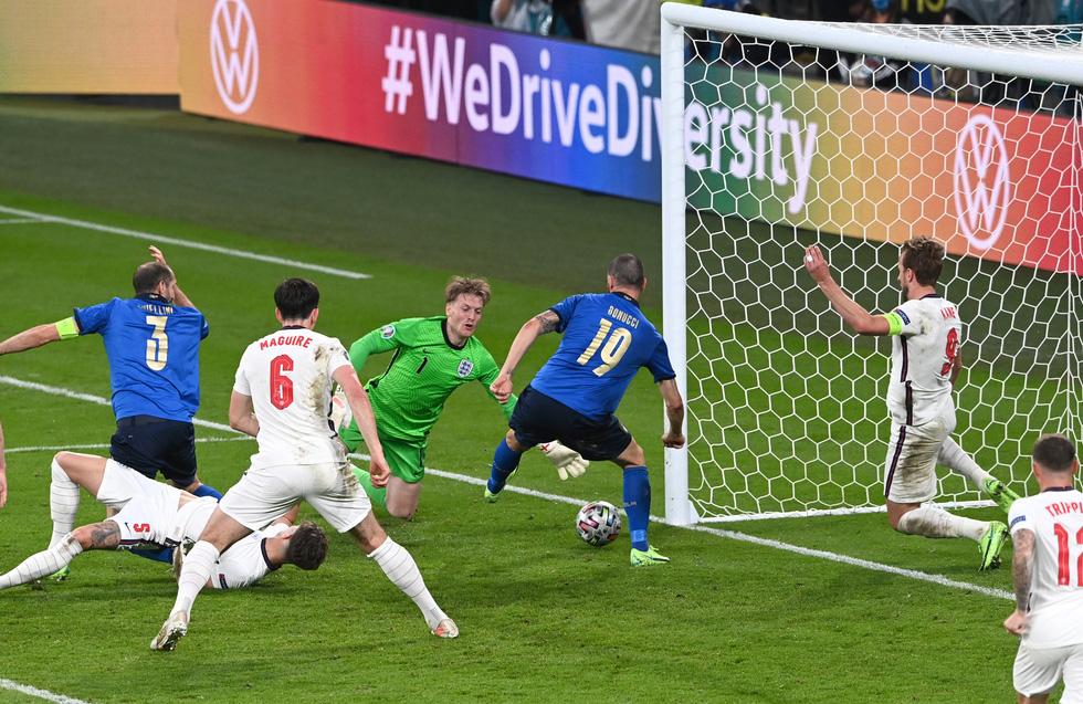 Những khoảnh khắc định đoạt trận chung kết Euro 2020 - Ảnh 11.
