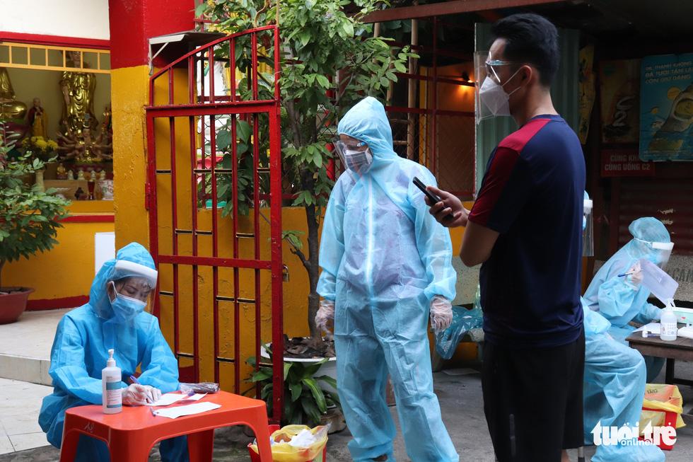 Xét nghiệm nhanh tại nhà ở phường 19, Bình Thạnh, phát hiện một số ca nghi nhiễm COVID-19 - Ảnh 2.