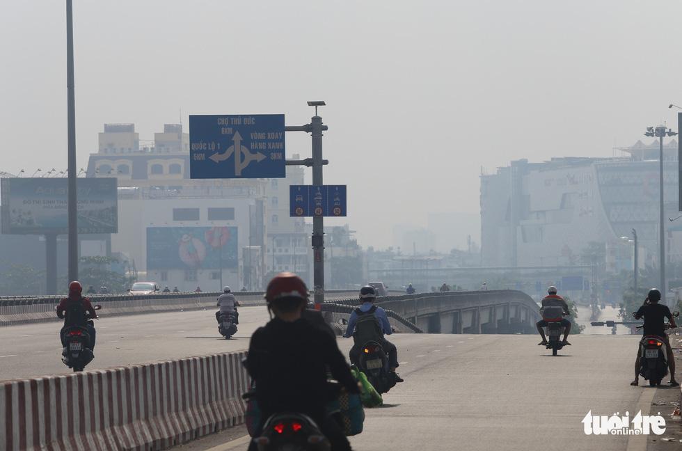 Sài Gòn giãn cách ít xe đi, sao trời vẫn mờ mịt tới gần trưa? - Ảnh 2.