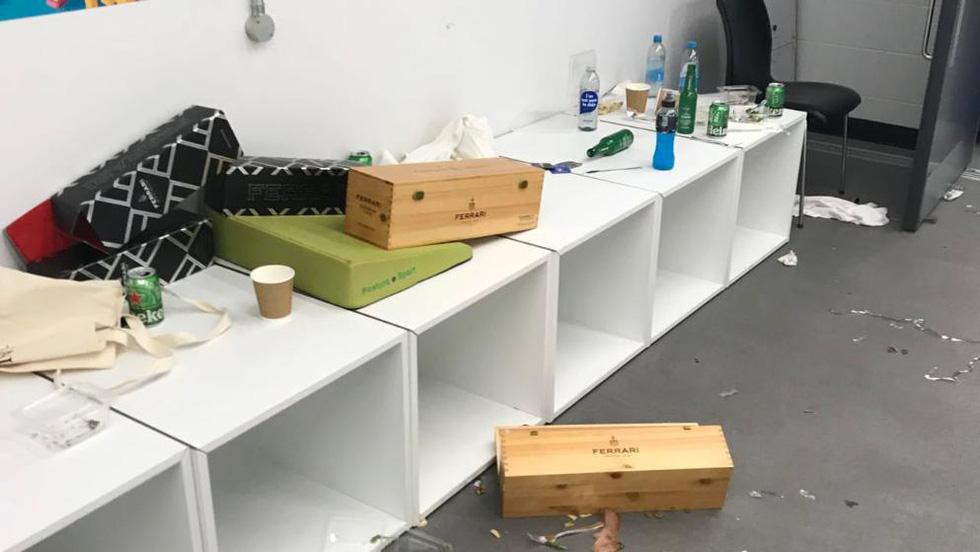 Phòng thay đồ của tuyển Ý sau trận chung kết với Anh đầy rác, quần áo và chai bia - Ảnh 3.