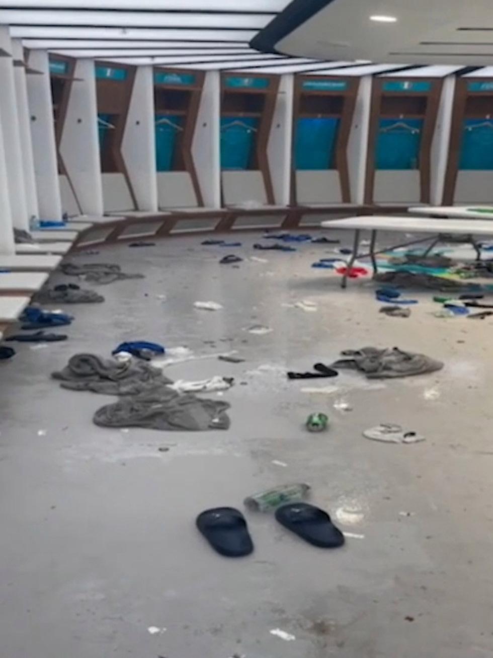 Phòng thay đồ của tuyển Ý sau trận chung kết với Anh đầy rác, quần áo và chai bia - Ảnh 4.