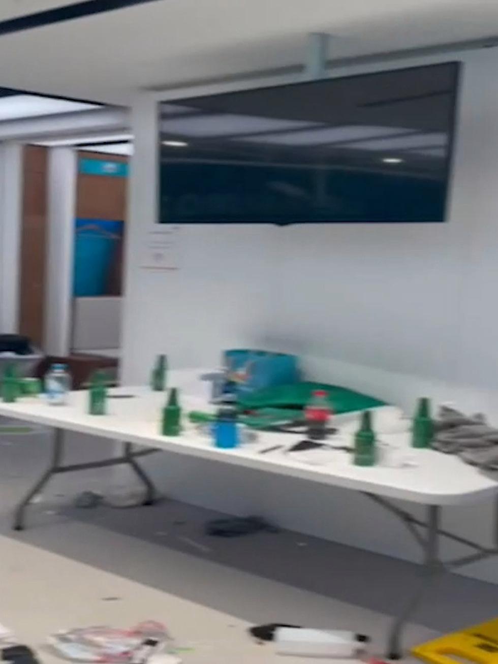 Phòng thay đồ của tuyển Ý sau trận chung kết với Anh đầy rác, quần áo và chai bia - Ảnh 5.