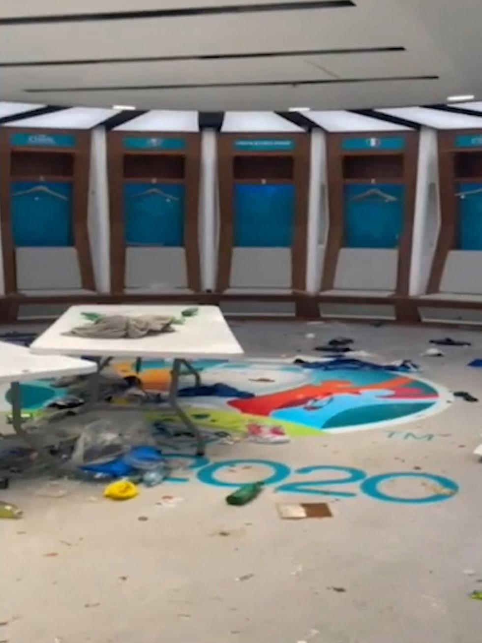 Phòng thay đồ của tuyển Ý sau trận chung kết với Anh đầy rác, quần áo và chai bia - Ảnh 6.