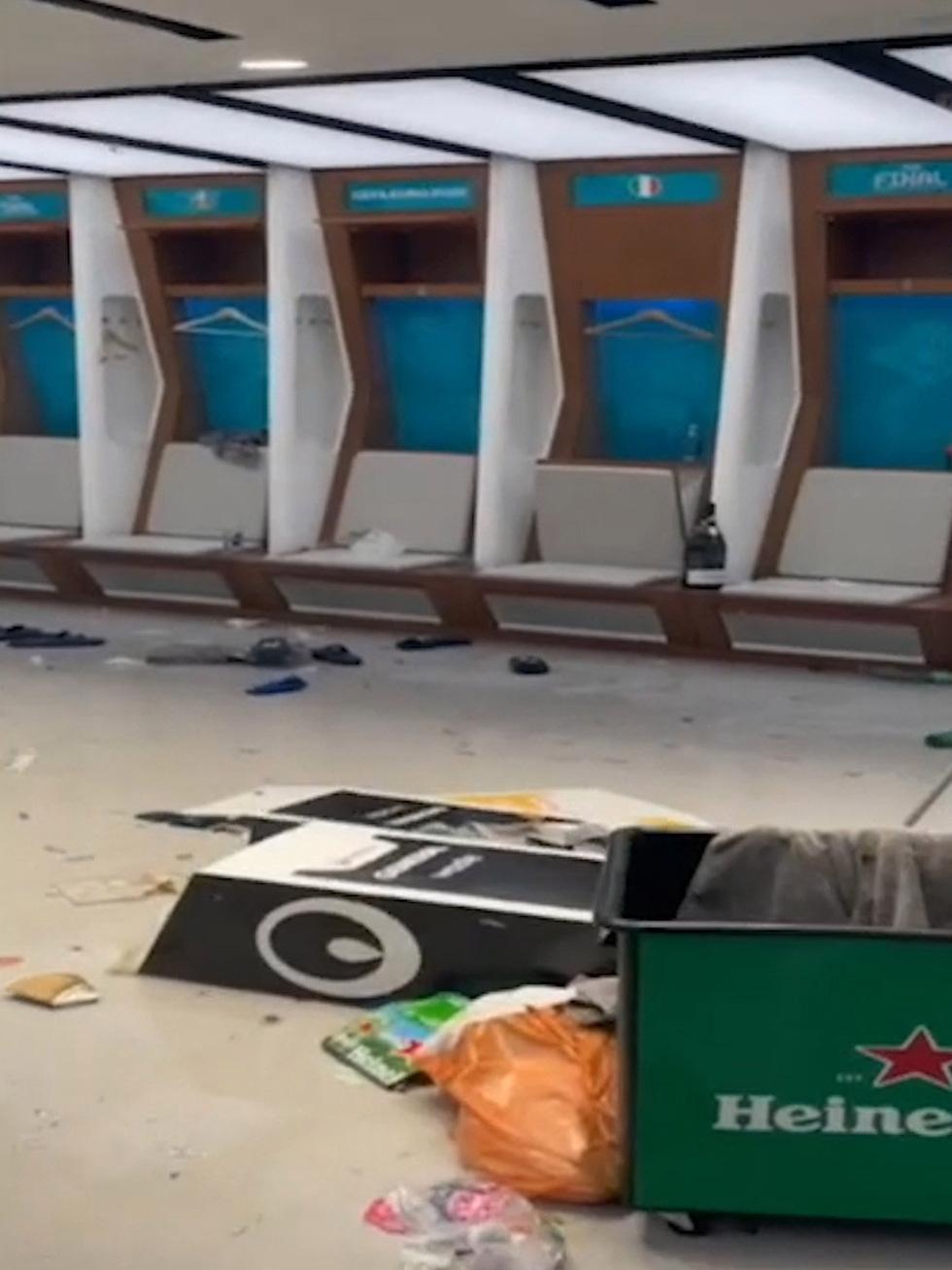 Phòng thay đồ của tuyển Ý sau trận chung kết với Anh đầy rác, quần áo và chai bia - Ảnh 7.