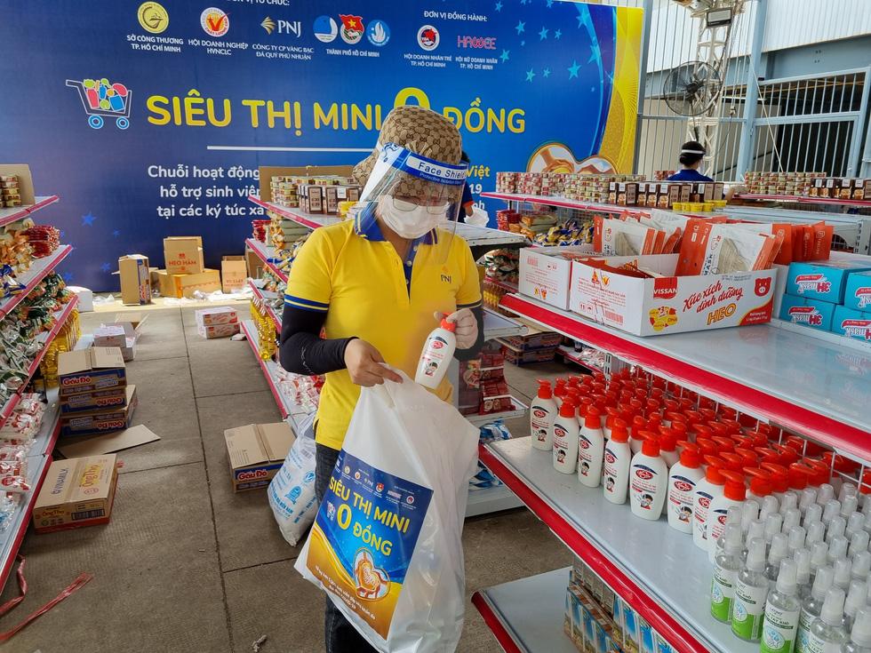 Thêm 50.000 phiếu mua hàng siêu thị 0 đồng tặng lao động nghèo, sinh viên - Ảnh 2.