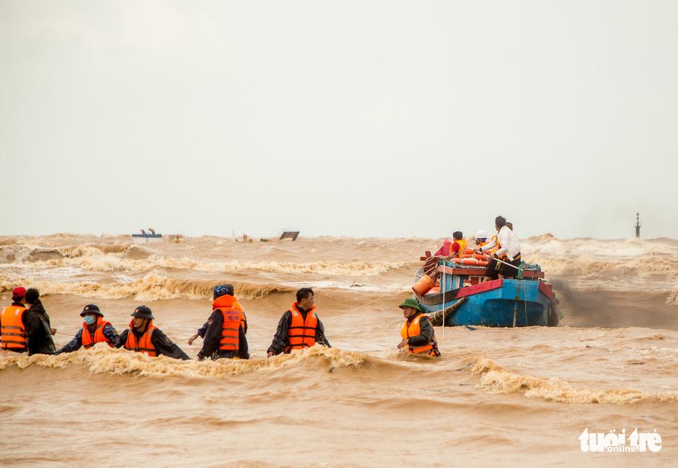 Người hùng trên biển Cửa Việt - Ảnh 1.