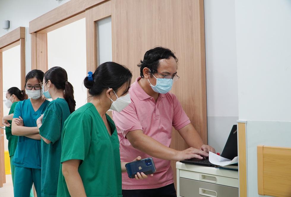 Cận cảnh bệnh viện 1.000 giường điều trị bệnh nhân COVID-19 nặng - Ảnh 10.