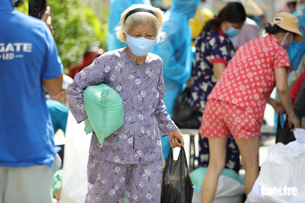 Nhận cá gửi từ Đà Nẵng, người dân bị phong tỏa ở TP.HCM 'khắc ghi mãi ân tình - Ảnh 8.